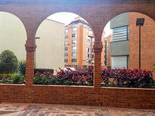 Un gran edificio de piedra con un reloj en él en Apartamento en venta en La Castellana de 3 hab. con Jardín...