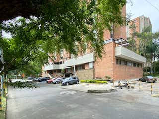 Una calle de la ciudad con coches estacionados en ella en Apartamento en venta en Suramericana con gran terraza NEGOCIABLE