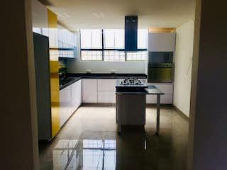 Una cocina con una estufa y un refrigerador en Casa en venta en Casa Blanca Suba, de 295mtrs2