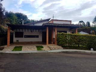 Un edificio con un reloj en la parte superior en Casa en venta en Casco Urbano El Retiro 190m²