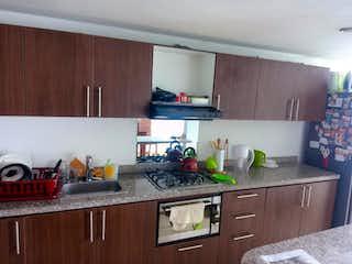 Una cocina con armarios de madera y una encimera en Apartamento En Venta En Bogota Chapinero - dúplex