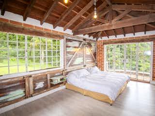 Una cama sentada en un dormitorio junto a una ventana en Venta casa campestre en Envigado, Valle de la Miel