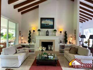 Una sala de estar llena de muebles y una chimenea en Casa ParaVenta