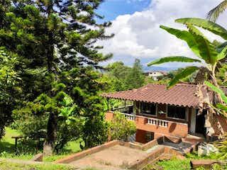 Una vista de una casa con un árbol en el fondo en Finca Recreativa en venta Alto de Vallejo Rionegro