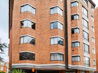 Un edificio de ladrillo alto con un reloj en él en Apartamento En Venta En Bogota La Colina Campestre