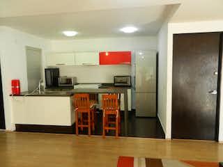 Cocina con nevera y microondas en Departamento en venta de 98 mts en la Col. Nochebuena con 2 recamaras