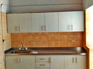 Una cocina con lavabo y microondas en Apartamento en Venta SIMON BOLIVAR