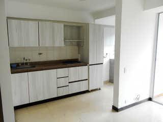 Una cocina con armarios blancos y electrodomésticos blancos en Apartamento en Venta LA CUENCA