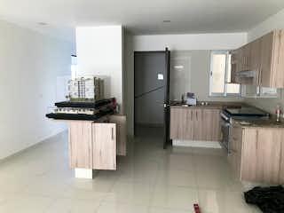 Una cocina con un refrigerador, una estufa y un fregadero en Departamento nuevo en Venta con terraza y balcon!