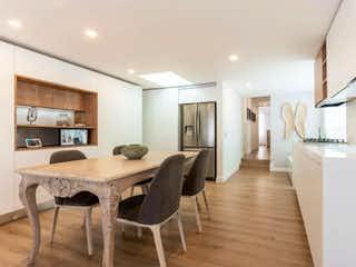 Una habitación con una mesa y sillas en Apartamento en Venta en Santa Bárbara