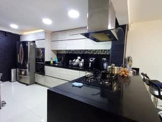 Un cuarto de baño con lavabo y un espejo en Venta de casa 4 Niveles en Robledo Córdoba ,Medellin