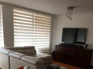 Una sala de estar llena de muebles y una televisión de pantalla plana en Apartamento en venta en Barrancas, 123mt con terraza