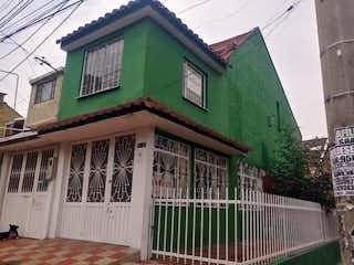 Un edificio verde con un edificio verde y blanco en Casa En Venta En Bogota Madelena