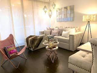 Una sala de estar llena de muebles y una gran ventana en Venta Apartamento La Carolina