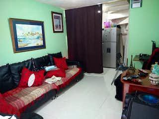 Una sala de estar llena de muebles y una ventana en Casa en venta en Bosa San Diego, 57mt de cuatro niveles