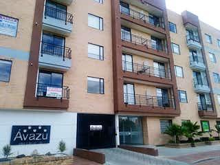 Un edificio con un gran edificio delante de él en Apartamento en venta en Casco Urbano Chía, 49m² con Zonas húmedas...