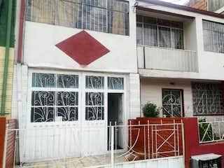 Un edificio que tiene una señal roja en él en Casa En Venta En Bogota Ciudad Jardín Sur