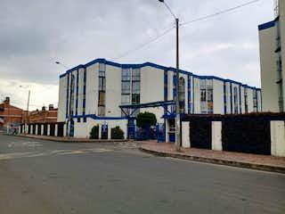 Un gran edificio con un montón de ventanas en Conjunto