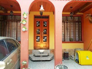 Una sala de estar llena de muebles y una ventana en Casa en Venta en Santa Catarina Tlahuac