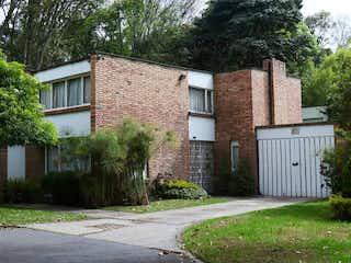 Un edificio de ladrillo con un banco delante de él en Casa en Venta NIZA