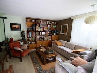 Una sala de estar llena de muebles y un estante de libros en Casa en Venta NIZA