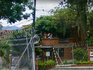 Un hombre está de pie frente a una casa en Casa en venta en Palenque 120m²