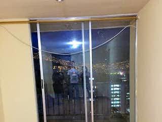 Una cocina que tiene una puerta de cristal en ella en Apartamento en Venta ROBLEDO