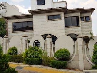 Un gran edificio con un reloj en él en Hermosa casa en Venta, Paseo del Anahuac / Paseo de las Palmas