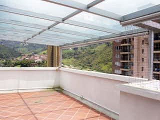 Un baño con una bañera y una ventana en 2889 - Venta Apartamento Duplex Sabaneta Medellin