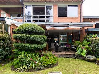 Una zona de jardín con un montón de plantas en maceta en 2913 - Casa en Venta Loma del Chocho Envigado