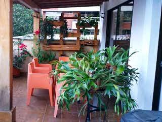 Una planta en maceta sentada encima de la mesa de madera en 78535 - Venta apartamento Envigado Zuñiga