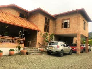 Un coche estacionado delante de una casa en 90116 - Venta Precio de Oportunidad Finca Girardota Antioquia Colombia
