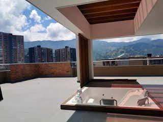 Un cuarto de baño con una bañera grande y una ventana grande en 95141 - Venta Espectacular Apartamento Penthouse  Las Brujas Envigado