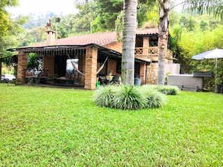 Un jardín con una torre de reloj en la hierba en 91969 - VENTA CASA CAMPESTRE EN ENVIGADO