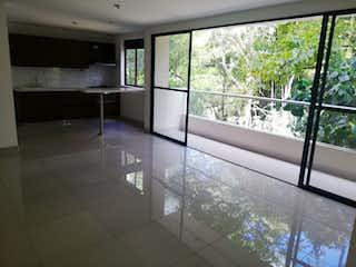 Una vista de una cocina con un gran ventanal en 96528 - Apartamento en venta en El Poblado, sector Alejandría.