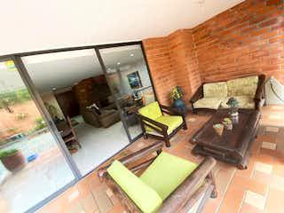 Una sala de estar llena de muebles y una chimenea en 97694 - Venta Casa Loma Las Brujas Envigado