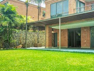 Una casa con un banco de madera sentado delante de ella en 98061 - Venta de Casa Poblado - Trasversal Superior