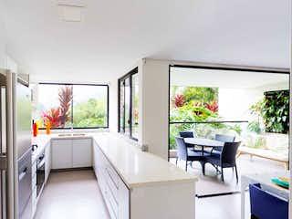 Una gran cocina blanca con un gran ventanal en 99394 - Venta Apartamento Nuevo Loma Las Brujas Envigado