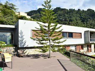 Una casa que tiene un árbol a su lado en Casa en Venta , sector exclusivo Palmas