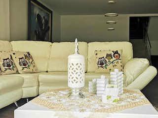 Una sala de estar llena de muebles y un sofá en Casa en venta Sabaneta- Antioquia