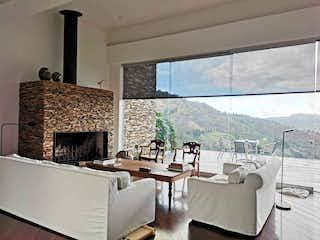 Una sala de estar llena de muebles y una chimenea en 99965 - Casa En Venta Fizebad  Oriente Antioqueño