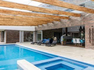 Una vista de un patio con piscina en 99701 - Venta Casa Campestre Alto de las Palmas Medellin Colombia