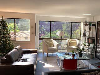 Una sala de estar llena de muebles y una gran ventana en 99989 - Venta Apartamento El poblado - Vizcaya sector tranquilo y exclusivo