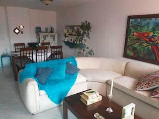 Una sala de estar llena de muebles y un sofá en Apartamento en venta en Los Balsos, 96mt con balcon