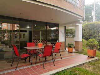 Un grupo de sillas sentadas delante de un edificio en 100499 - Casa en Venta Envigado Sector el Chocho-