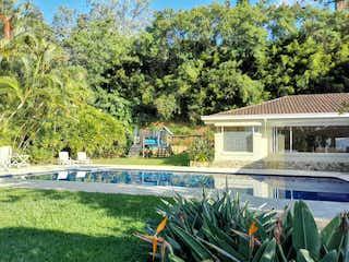 Una casa que tiene un montón de plantas en ella en 101434 - Casa en Venta - Exclusivo sector Calera - Poblado - Medellin