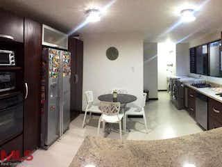 Una cocina con una mesa y sillas en Prados Del Tesoro