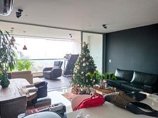 Una sala de estar llena de muebles y un árbol de navidad en EDIFICIO DOMINIQUE