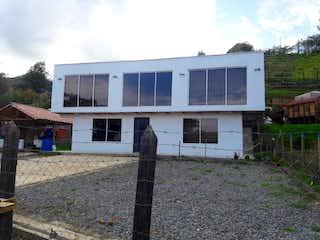 Un edificio blanco con un gran edificio blanco en Venta de Casa en San Miguel - Guarne