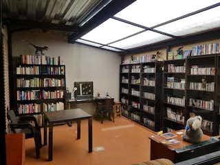 Una biblioteca con un estante de libros lleno de libros en Apartaestudio en venta en El Virrey, 35mt con terraza